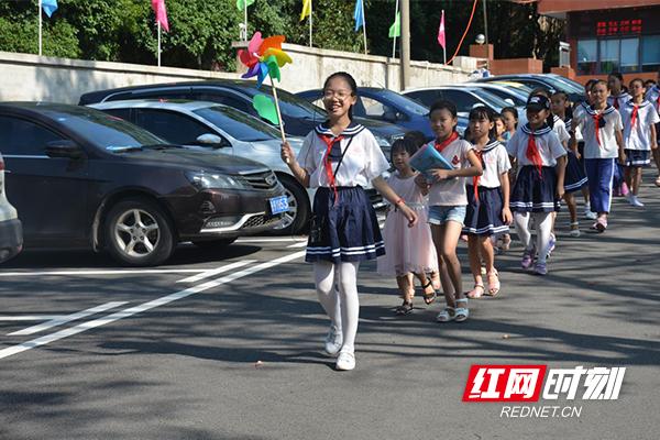 株洲小学举行抄报小学喜迎新同学开学手典礼图片