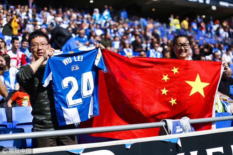 看台上加油助威的中国球迷展示武磊球衣和五星红旗.图/视觉中国图片