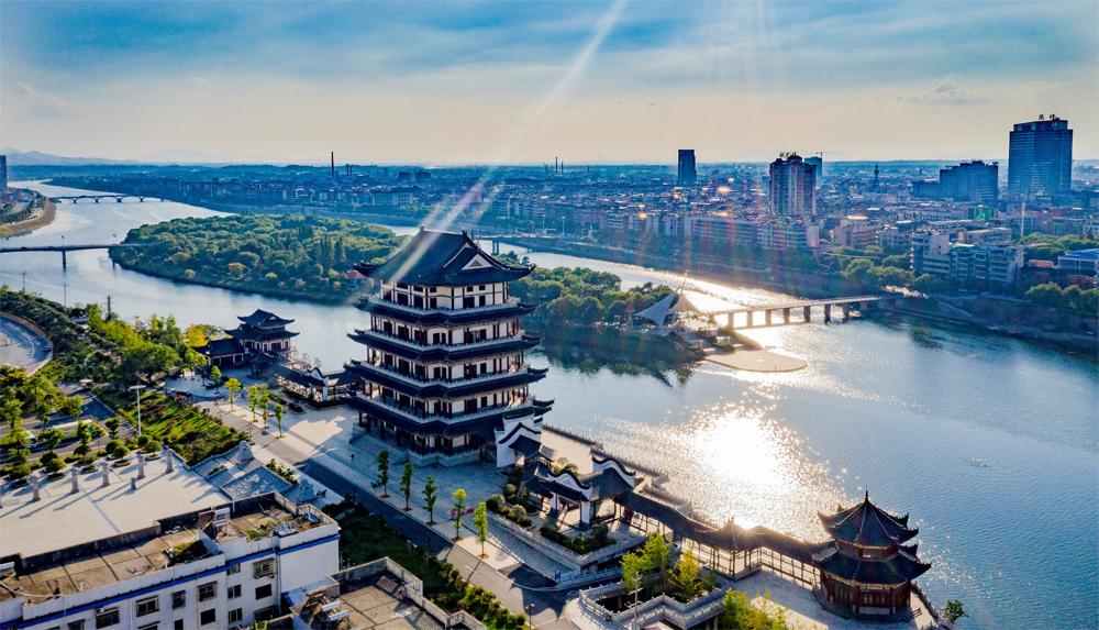 """镇湘楼始建于明朝,是湘乡市历史上最负盛名的文化古楼,也是湘乡繁荣昌盛的见证和象征。经重修后,于2017年5月对外开放,成为湘乡市区一颗璀璨的""""城市明珠""""。"""