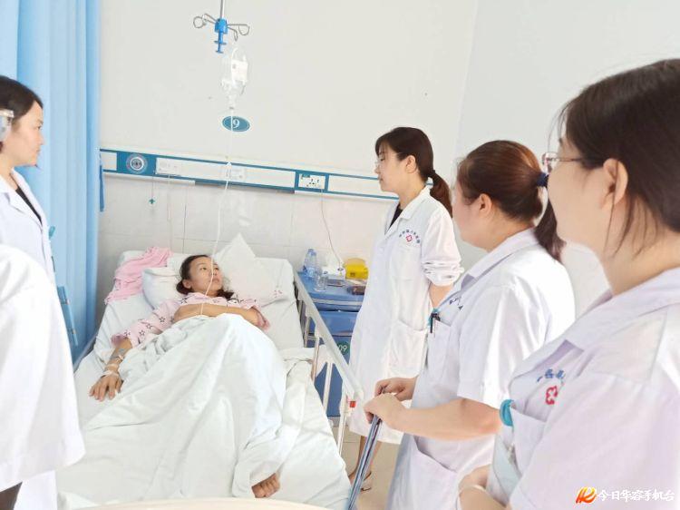 看妇科去什么医院_湖南省人民医院妇科专家历碧荣主任医师在我院妇科病房进行查房