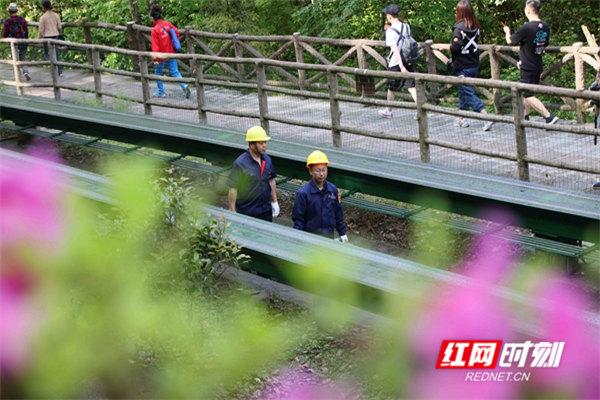 2019年5月1日,张家界武陵源风景区十里画廊观光电车工作人员对电车