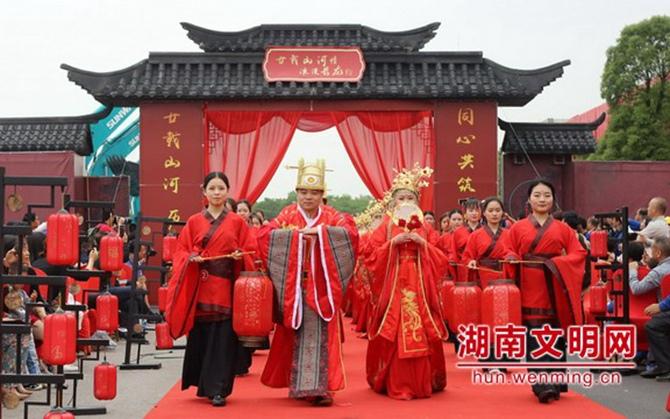 """长沙:当""""520""""遇见汉服婚礼 70对夫妇为文明新风代言"""