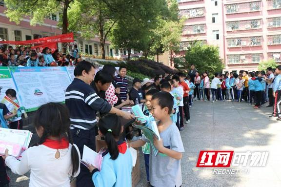 泸溪县开展生物多样保护日宣传活动