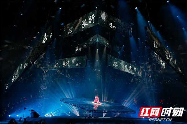 据工作人员透露,6月29日,林峯将会去到五分3D上海 东方体育中心,继续林峯Heart Attack巡回演唱会。