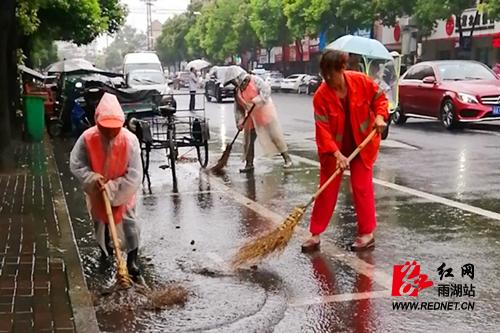 区环卫服务中心:清淤排涝保市容 守堤巡查抗洪险