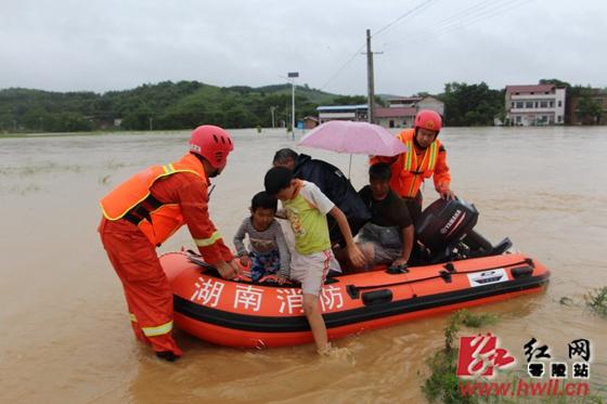 零陵:强降雨引发山洪 消防营救在行动