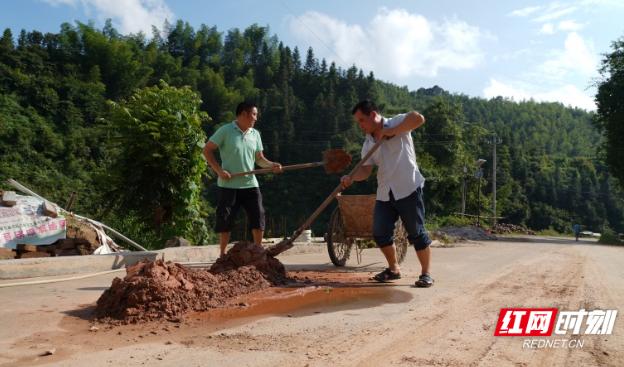 通道:驻村工作队和村民积极投入灾后自救