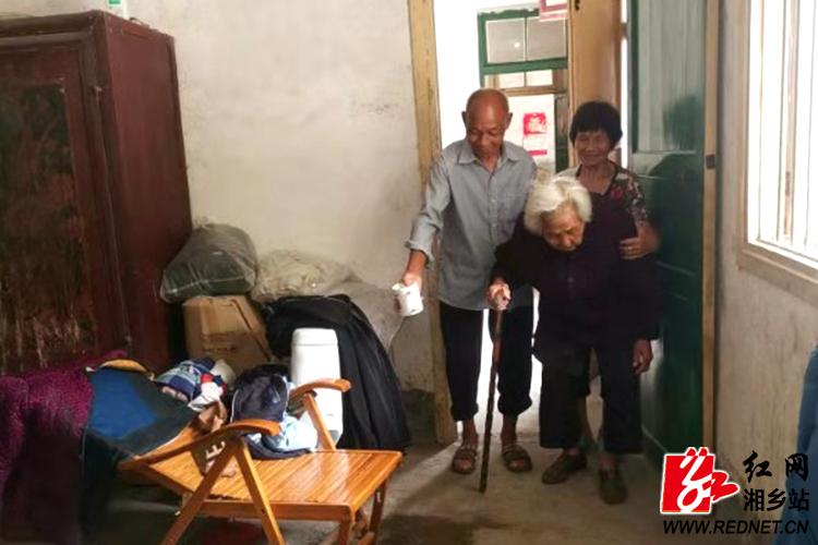 77岁夫妻义务照顾五保老人32年