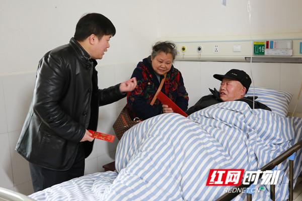 骆雄(左一)看望生病住院的老干部。.jpg
