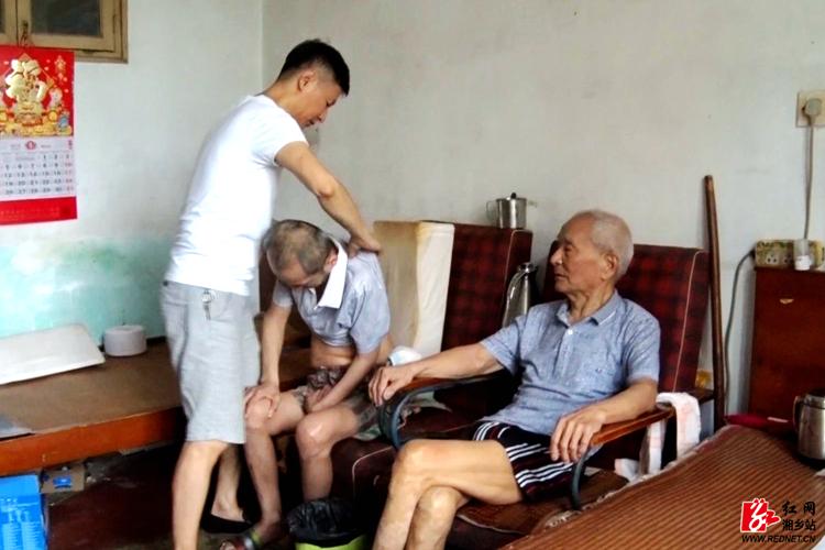 【身边好人】罗丁夫妇不离不弃照顾瘫痪的父亲和弟弟