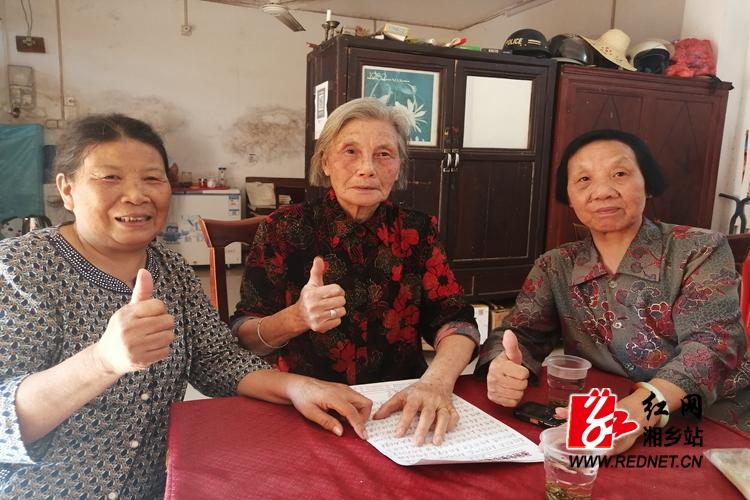 潭市镇:耄耋老人写诗歌 庆祝新中国成立70周年