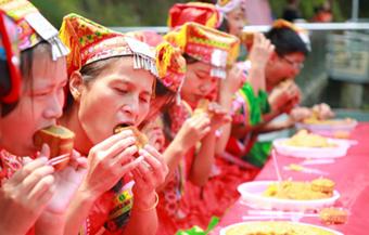 郴州九龙江景区举办吃月饼大赛 趣味过中秋