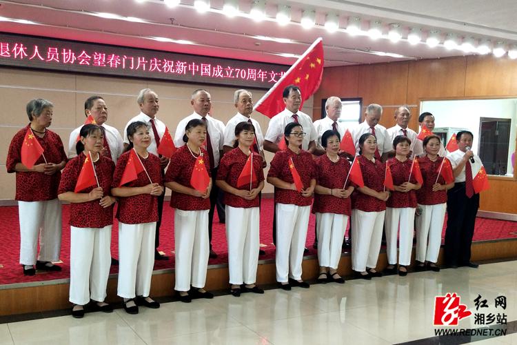 【庆祝新中国成立70周年】 离退休人员协会载歌载舞颂10分3D祖国