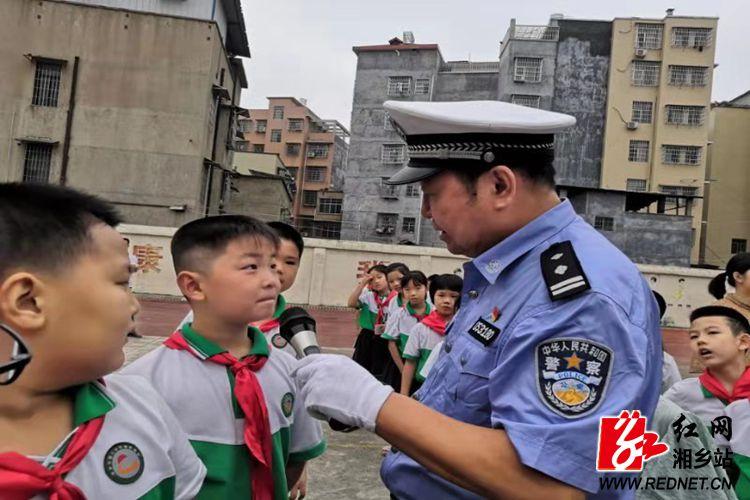 公安局:交警走进朝阳10分3D学校 开展交通安全宣传
