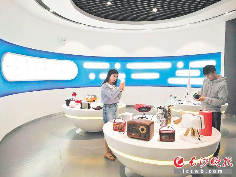 雨花区积极打造文化产业高地,中国(长沙)创新设计产业园内,诸多创意产品让人眼前一亮。 胡媛媛 摄