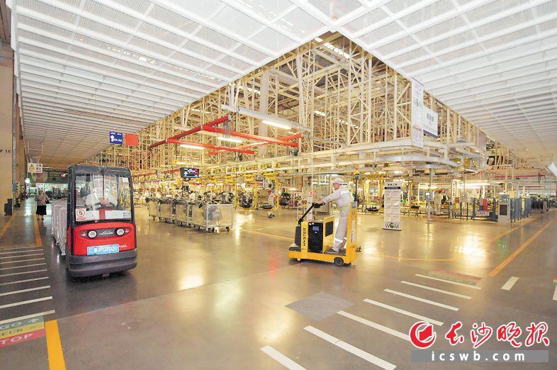 广汽菲克的总装车间里全面采用智能生产线,大部分劳动力从生产一线得到解放。