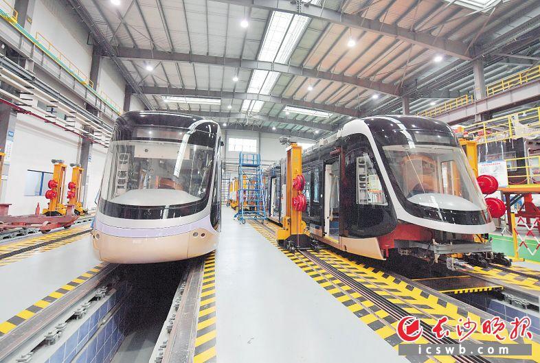 中国通号产业园,新型城市轻轨列车组装完毕,等待下线。