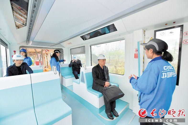 中国通号产业园,张家界日报采访组体验城市轻轨的便捷与舒适。