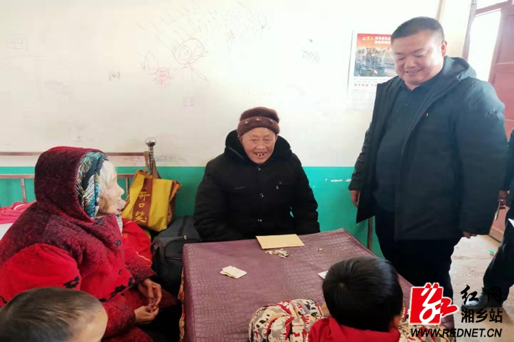 翻江镇:节前走访慰问 情暖困难党员