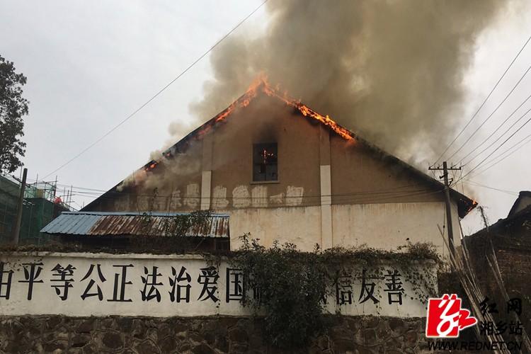 中沙镇:干群合力扑灭大火