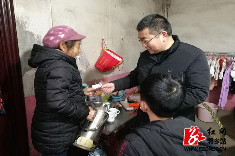 潭市镇:春节前走访慰问困难群众