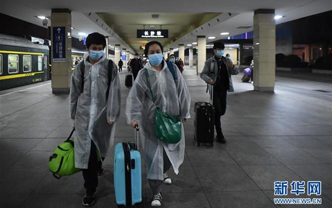 """武汉""""解封""""后经停的首趟旅客列车驶达长沙"""