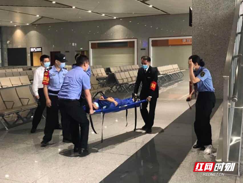 张家界铁警开展坠落伤人事故应急救援演练