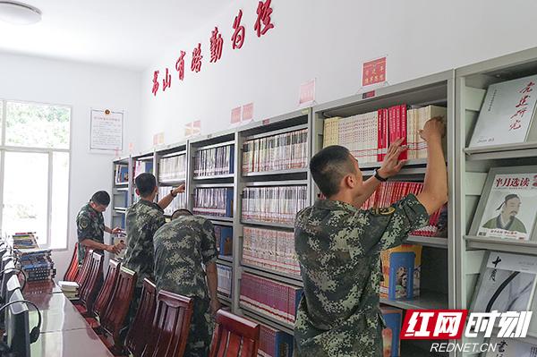 武警张家界支队:3000余册书籍送基层官兵