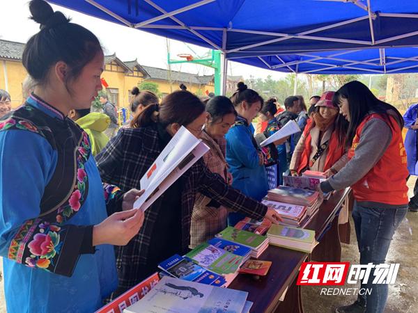 凤凰县开展送书下乡文化扶贫活动