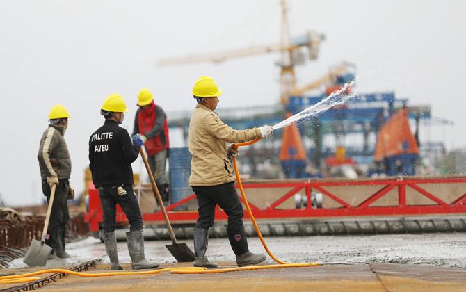 湖南道县:建桥工人飞架便民桥