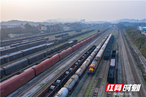 组图丨火车司机调运农耕物资忙
