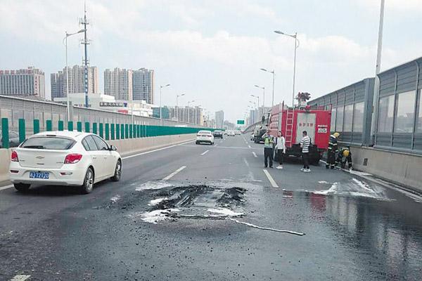 小车高架桥上自燃 提醒:高温天气注意对车辆进行保养和检修