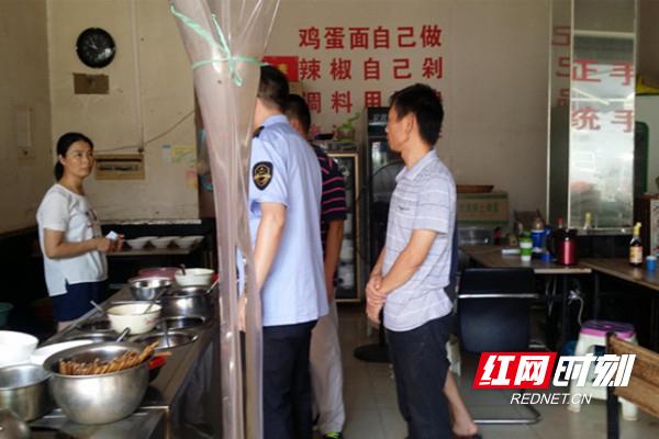 """食品安全风险""""零容忍"""" 马坡岭街道利剑整治小餐饮门店"""