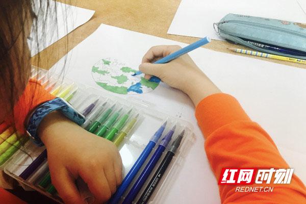 """""""小画家""""画纸上大显身手 大手牵小手倡导绿色出行"""