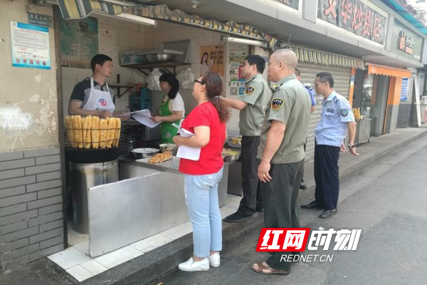减轻油烟污染 社区督促餐饮业安装油烟净化器