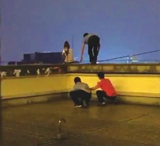 女子悬坐24楼天台欲轻生 民警出手化险获网友点赞