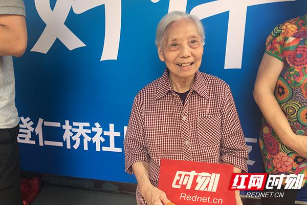 91岁长沙娭毑温情陪考20余年 只为看那一张张笑脸
