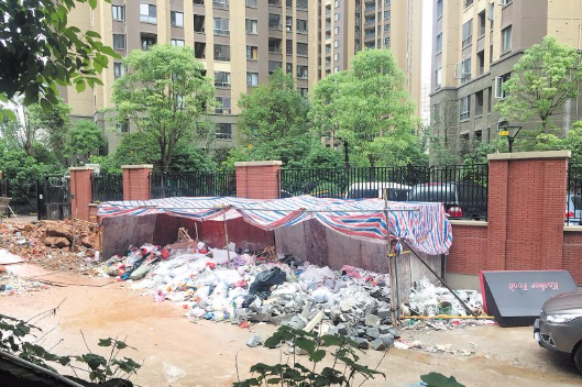 长沙一小区垃圾露天堆积 业主盼管理部门进行规范并及时清理