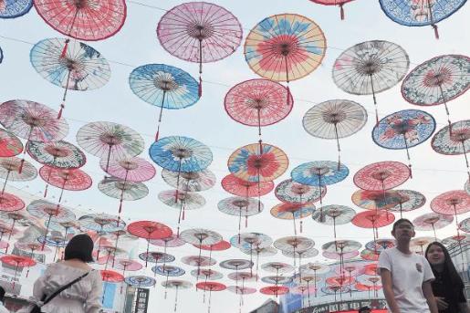 五彩油纸伞扮靓步行街