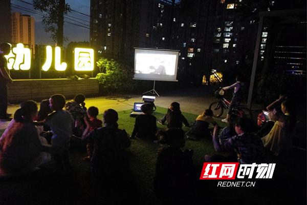 特别!长沙这个街道邀请群众看露天电影护安全