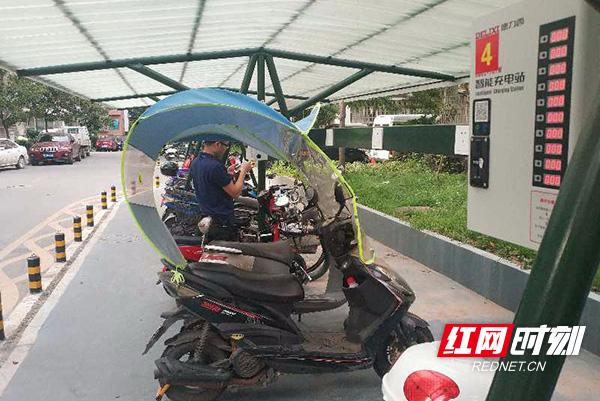贴心!街道为居民免费提供电动车停车棚 安全又便利