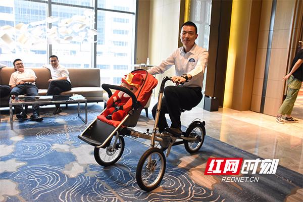 """""""变形金刚""""自行车秒变婴儿推车"""