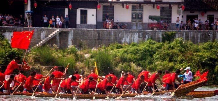 """千百年来,三堂街镇的龙舟赛,都集中在古镇吊脚楼下江面比较开阔、水流相对平缓的两三公里资江河段上竞赛表演。每年的农历四月下旬,各村的龙舟从专门修造的龙舟屋里抬出来,抹擦干净,披红挂绸,一路鞭炮相送地抬至资江岸边,由几十位壮汉齐推龙舟入水,谓之""""龙船登江""""。一通鼓响,桡橹齐动,径直划往江心,直奔吊脚楼旁的中心赛区而来。经过十来天的激烈鏖战,至五月初四日下午黄昏,赛事平息,各舟都绕赛区江面划上一个大的圆圈,各自归村,纷纷息鼓收旗,谓之划收水。"""