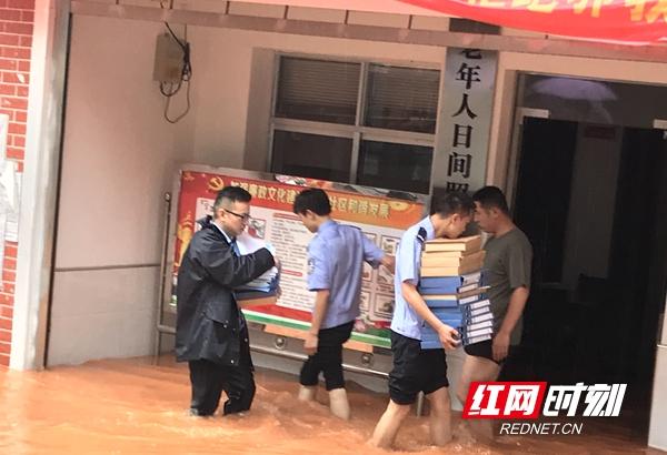 大祥区七里坪被淹:街道干部、民警帮忙转移物品