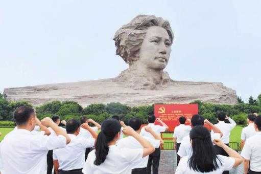 胡衡华带领党员干部赴橘子洲头重温入党誓词