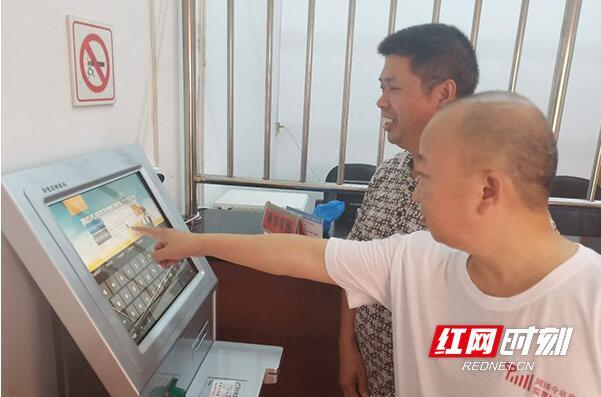 刷卡可查 安化县东坪镇引入乡镇惠民补贴查询一体机