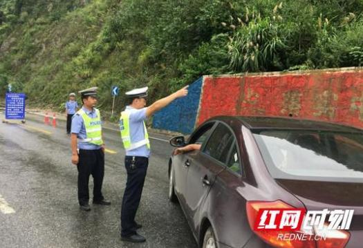 龙山:交警全面开展路面巡查确保交通安全