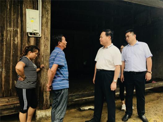 叶红专到永顺县首车镇伴湖村抗洪一线指导救灾工作