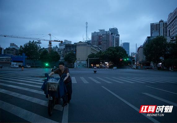 凌晨三点的长沙①|每晚穿城50余公里 只想多卖一点凉面