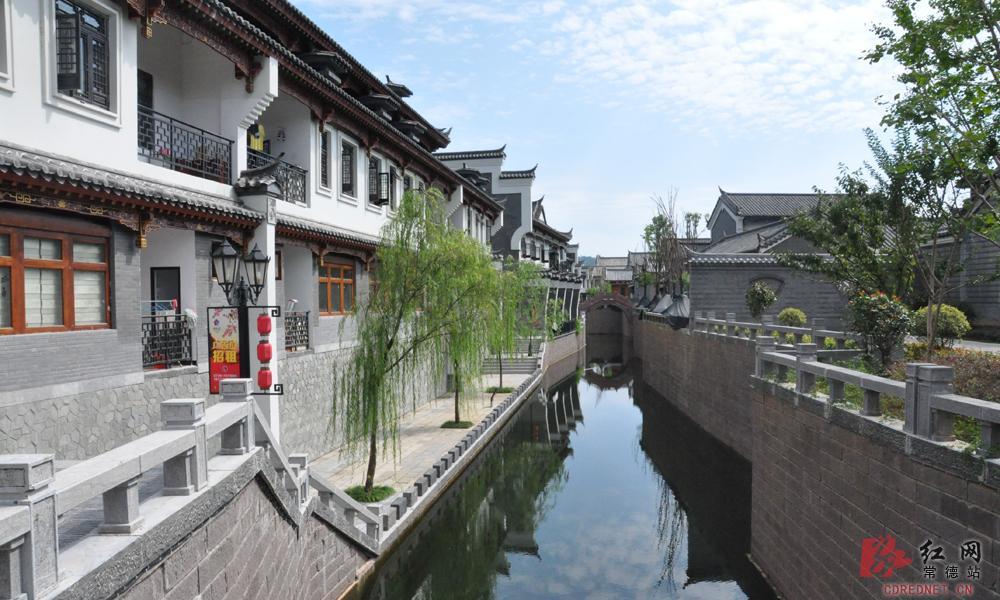 桃花源古镇内设有大型餐饮、潇湘特色小吃、庙会小吃,还有特色五星级酒店与传统四合院客栈及特色旅游商品街。